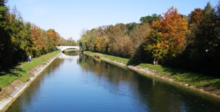 Isar in autumn with colorful trees in all tones of red and yellow