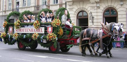 Schottenhamel carriage with the Oktoberfest waitresses