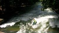 人们在英国花园进行冲浪训练